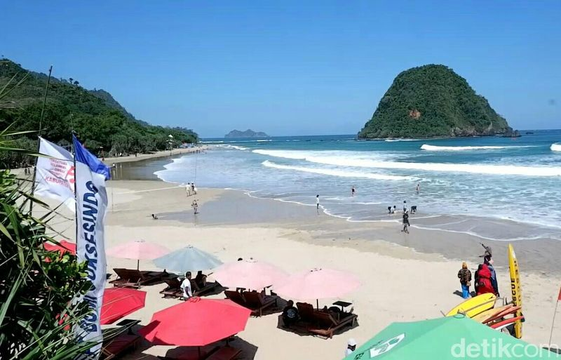 Pantai Pulau Merah adalah tempat wisata di Banyuwangi yang dikenal bersih dan masih alami. Tak heran kalau banyak wisatawan yang terpikat dengan pantai cantik ini. (Ardian/detikcom)