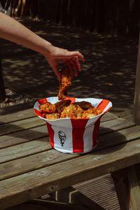 Aksesori tersebut juga bisa menjadi wadah ayam goreng.