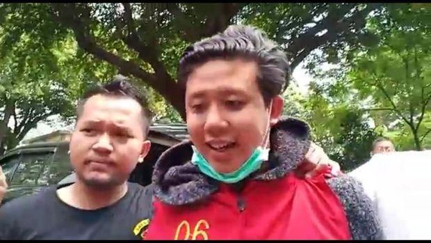 Pablo Benua hanya tersenyum ditanya wartawan.