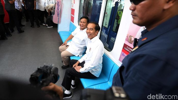 Presiden Jokowi dan Prabowo Subianto bertemu di MRT Jakarta/Foto: Ari Saputra