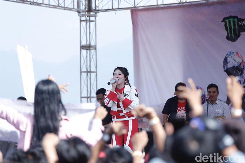 Gelaran MXGP of Asia di Sirkuit Mijen Semarang sudah dimulai Sabtu (13/7) kemarin. Tak hanya nonton balapan motocross, traveler bisa belanja oleh-oleh hingga nonton konser Via Vallen. (Angling/detikcom)
