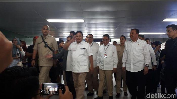 Prabowo Subianto sudah tiba di Stasiun MRT Lebak Bulus pada pukul 09.51 WIB. Prabowo yang mengenakan kemeja putih celana cokelat ini didampingi Sekertaris Kabinet Pramono Anung dan Kepala BIN Bugi Gunawan. Foto: Andhika/detikcom