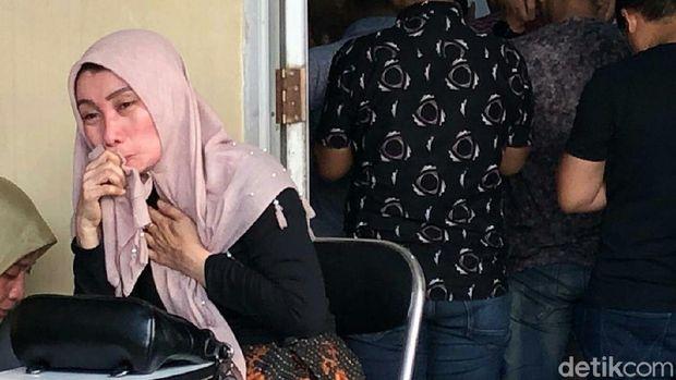 Berce, ibu siswa SMK Taruna yang meninggal saat MOS mendatangi RS Bhayangkara Polda Sumsel.