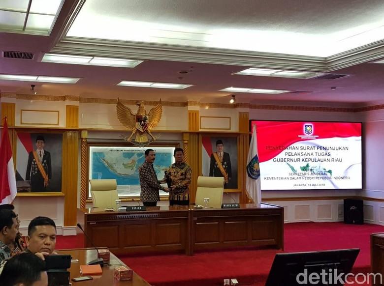 Gubernur Kepri Tersangka KPK, Kemendagri Serahkan SK Plt Gubernur ke Wagub