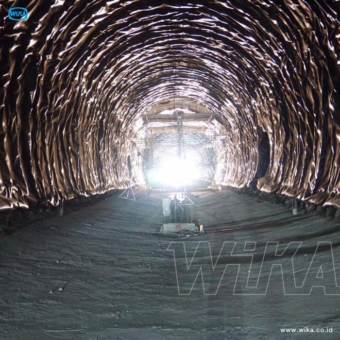 Mengutip Instagram Wijaya Karya, teknologi New Austrian Tunneling Method (NATM) diterapkan pada pembangunan terowongan Kroya-Kutoarjo km 424+100 sd 426+200 Tambak Gombong, Jawa Tengah. Pool/PT Wijaya Karya.