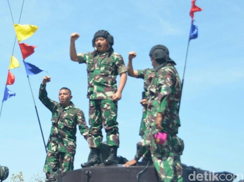 Panglima TNI Jajal Akurasi Tembakan Tank BMP-3F di Baluran