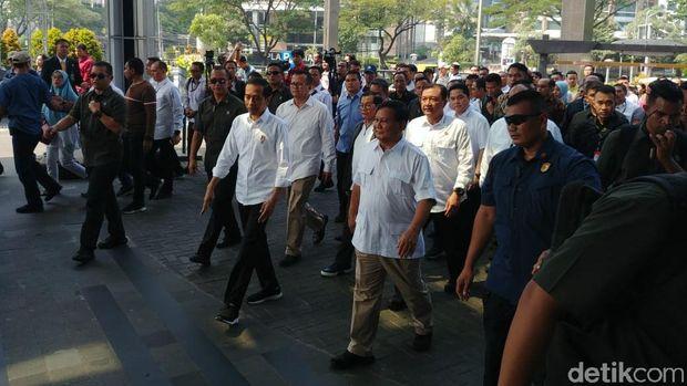 Prabowo dan Jokowi jalan kaki ke Fx Senayan