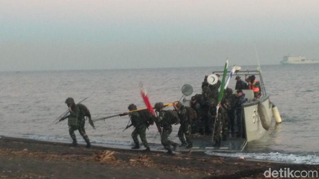 Pasukan Pendarat TNI AL Serbu Pantai Banongan Situbondo