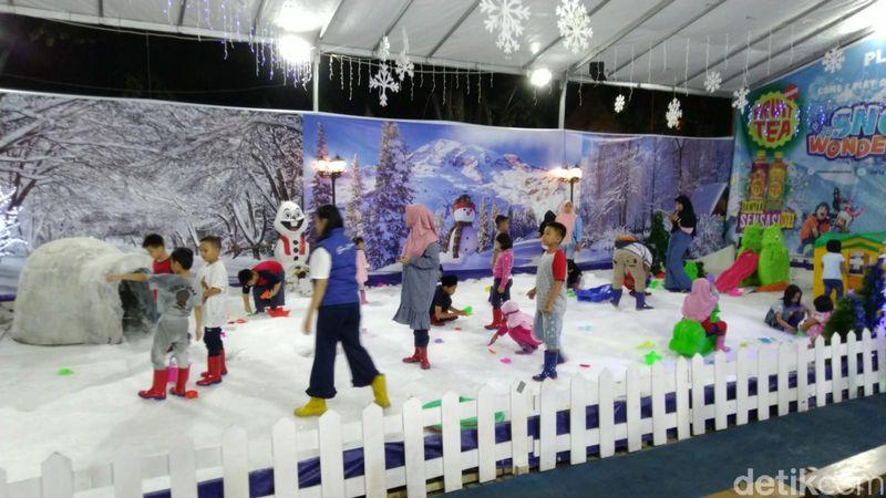 Bermain salju hingga mengunjungi desa masa depan bisa dilakukan akhir pekan ini di Semarang. Wisatawan bisa menjajal dua wahana itu di Jateng Fair yang digelar di PRPP Semarang. (Angling Adhitya/detikcom)