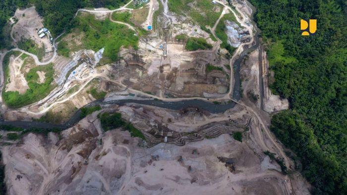 Bendungan ini bermanfaat bagi pengendalian banjir Kota Manado dan sekitarnya untuk debit banjir 470 m /detik, dimana Kota Manado pernah mengalami banjir bandang pada tahun 2014. Kemudian penyediaan air baku untuk Kota Manado, Kecamatan Kalawat, Kota Bitung dan KEK Bitung sebesar 4,5 m /detik, PLTM dengan kapasitas 2 x 0,70 MW serta pengembangan pariwisata. Pool/Kementerian PUPR.