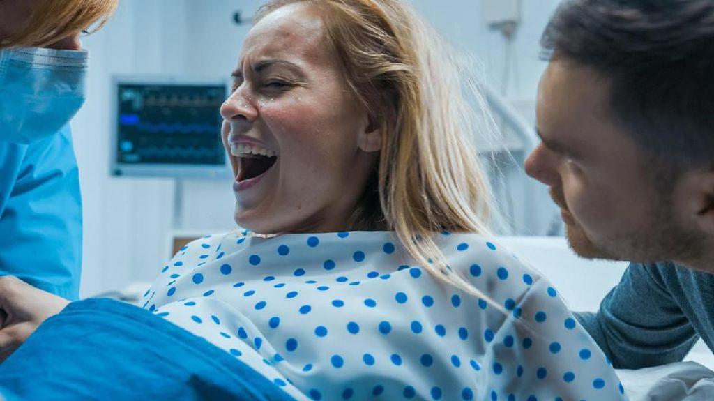 Wanita Melahirkan di Taksi Online dalam Perjalanan ke Rumah Sakit