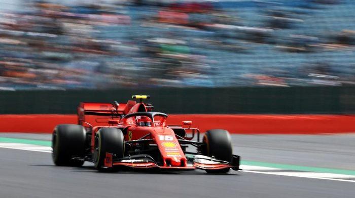 Charles Leclerc tak yakin Ferrari bisa bersaing dengan Mercedes (Foto: Bryn Lennon/Getty Images)
