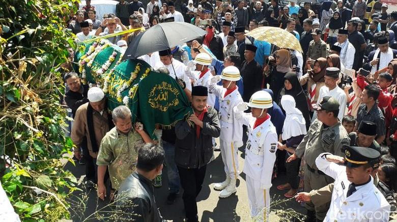 Ratusan Orang Iringi Pemakaman Abubakar