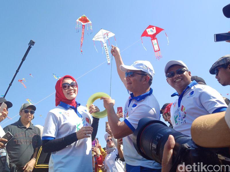 Gubernur Jawa Barat Ridwan Kamil secara resmi membuka ajang Pangandaran International Kite Festival (PIKF) 2019 di Kabupaten Pangandaran, Jawa Barat, Sabtu (13/7/2019). (Andi Nurroni/detikcom)