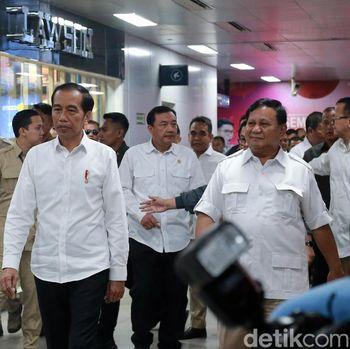 Jokowi dan Prabowo saat bertemu /