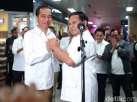 Momen Bersejarah! Akrabnya Jokowi-Prabowo Bertemu di MRT