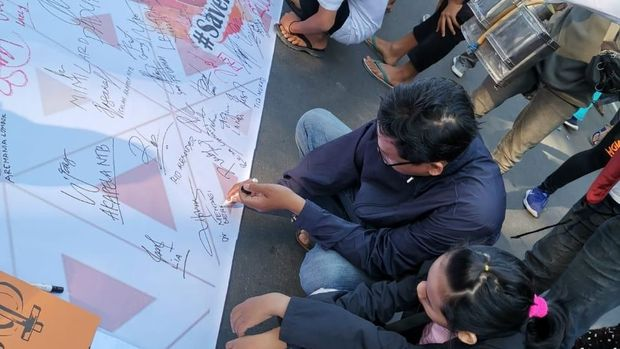 Warga Mataram NTB Gelar Aksi Dukung Pemberian Amnesti Baiq ke Nuril
