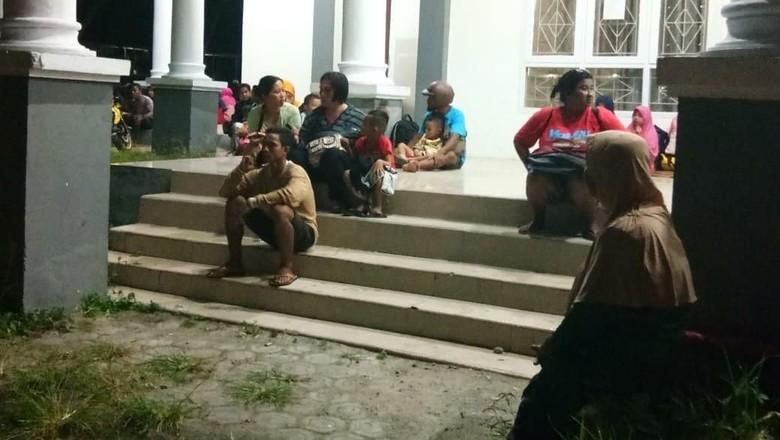 Warga Mengungsi di Rumah Dinas Bupati usai Gempa M 7,2 Pulau Bacan