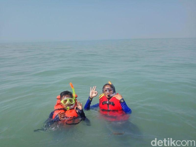 Siapa sangka, di bawah perairan Karawang yang airnya tidak terlalu jernih, tersimpan gugusan terumbu karang. Ada beberapa spot snorkeling potensial yang ditemukan. (Luthfiana/detikcom)