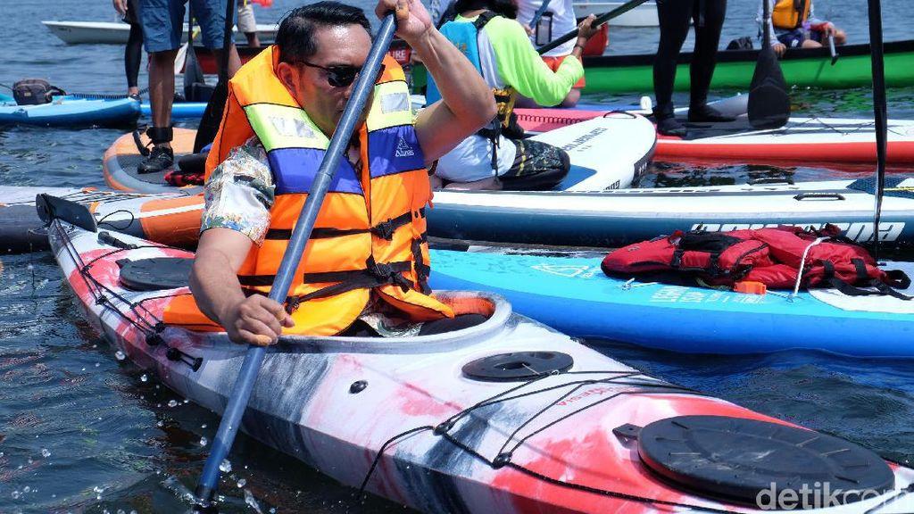 Aksi Ridwan Kamil Naik Kayak di Waduk Jatiluhur