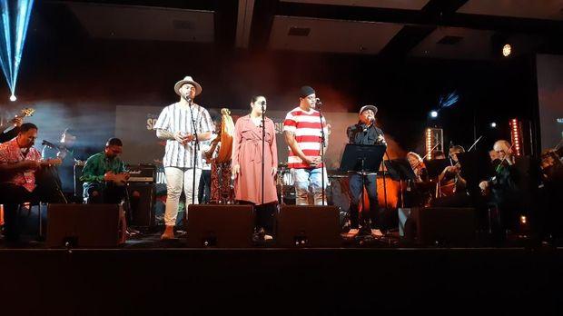 Glenn Fredly (kanan) membuka konser 'Sound of The Pacific'.