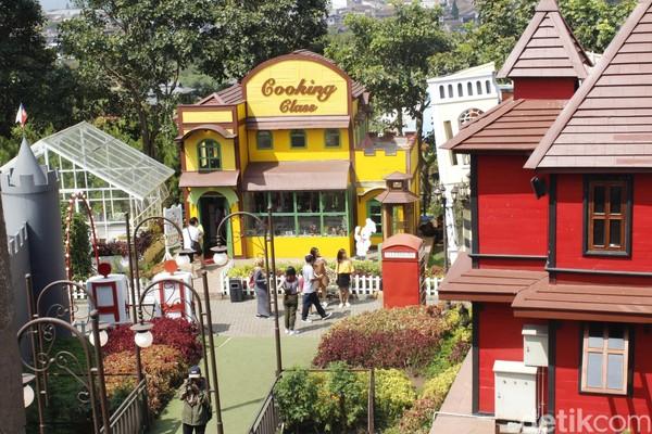 Ada banyak profesi yang bisa dipilih sang buah hati. Untuk masuk ke area Kota Mini, pengunjung dibanderol Rp 25 ribu untuk tiket masuknya. (Yudha Maulana/detikcom)