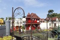 Sesuai namanya, Kota Mini berisi miniatur kota, lengkap dengan kantor polisi, salon, museum, pasar sayur, cafe, rumah sakit dan lainnya dengan ukuran serba mini. (Yudha Maulana/detikcom)