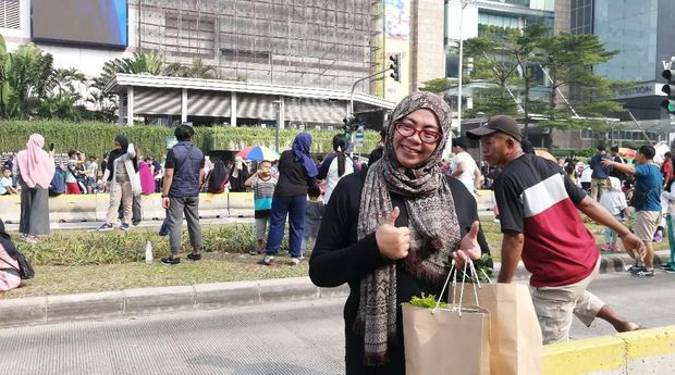 Fitri Andriani (43), warga Mampang Prapatan, mengapresiasi acara bagi-bagi tanaman hias TransJakarta.
