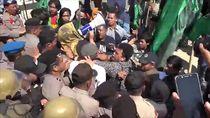 Unjuk Rasa di Kantor DPRD Mamuju, Pendemo Bentrok dengan Polisi