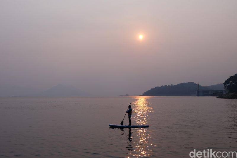 Waduk Jatiluhur masih jadi primadona wisata di Jawa Barat. Yang terbaru, di waduk ini ada wahana buat bermain paddle board. (Dian Firmansyah/detikcom)
