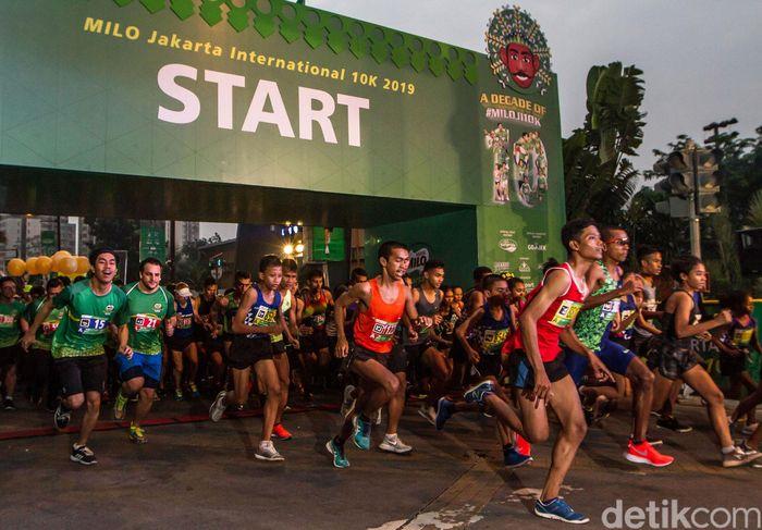 Para peserta mengikuti lomba lari yang dibagi menjadi lima kategori, yaitu 10K Open International, 10K Indonesian Only, 10K Indonesian Student, 5K Indonesian Only, dan Family Run 1,7K.