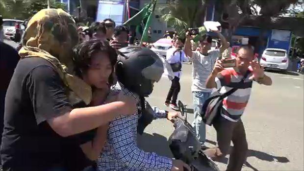 Seorang pengunjuk rasa diamankan.