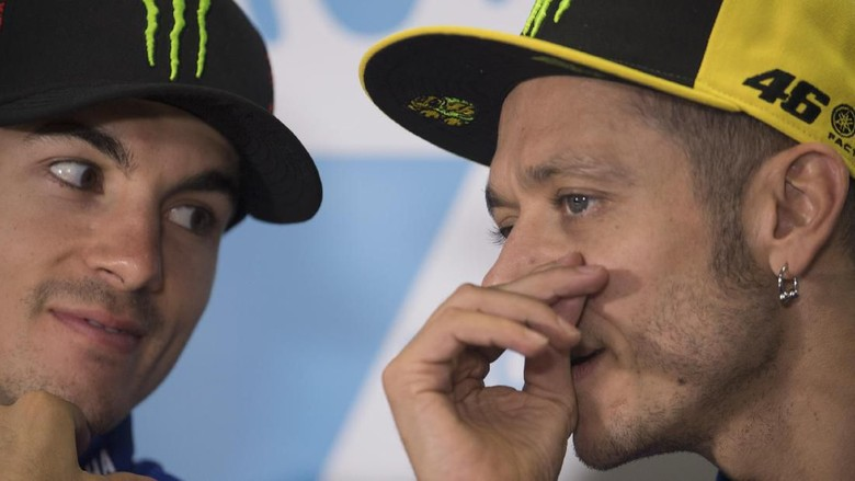 ALCANIZ, SPAIN - SEPTEMBER 23:  Valentino Rossi of Italy and Movistar Yamaha MotoGP speaks with Maverick Vinales of Spain and  Movistar Yamaha MotoGP (L) during the press conference at the end of the qualifying practice during the MotoGP of Aragon - Qualifying at Motorland Aragon Circuit on September 23, 2017 in Alcaniz, Spain.  (Photo by Mirco Lazzari gp/Getty Images)