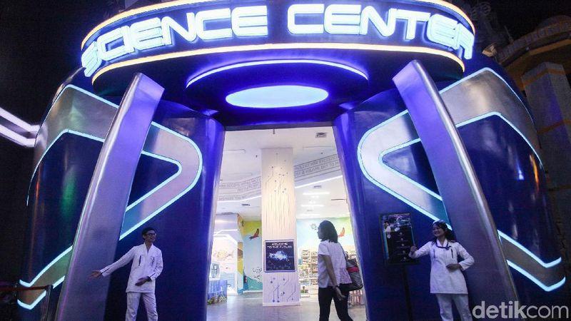 Sejumlah pengunjung menikmati wahana Science Center di Trans Studio, Cibubur, Jakartai (Rifkianto Nugroho/detikcom)