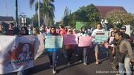Warga Mataram NTB Gelar Aksi Dukung Pemberian Amnesti Baiq Nuril