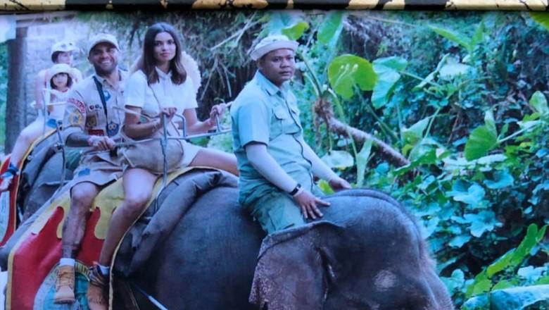 Dani Alves bersama istrinya jalan-jalan di kebun binatang di Gianyar, Bali (Instagram/danialves)