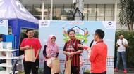 Kampanye Kurangi Polusi, TransJakarta Bagi-bagi Tanaman Hias di CFD