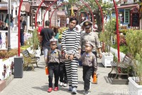 Anak-anak bisa mengenakan kostum sesuai profesi yang mereka mau. Para polisi cilik akan mengejar tahanan yang kabur di sekitar Kota Mini dan menangkapnya. (Yudha Maulana/detikcom)