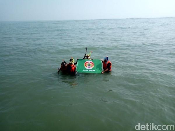 Spot snorkeling ini ditemukan oleh beberapa siswa SMKN 1 Rengasdengklok yang tergabung dalam Bara Rimba. Contohnya ada di Pantai Cibendo, Desa Ciparage, Karawang. (Luthfiana/detikcom)