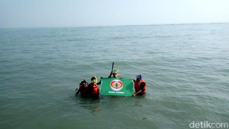 Bara Rimba mencari spot terumbu karang di laut Ciparage (Luthfiana Awaluddin/detikcom)