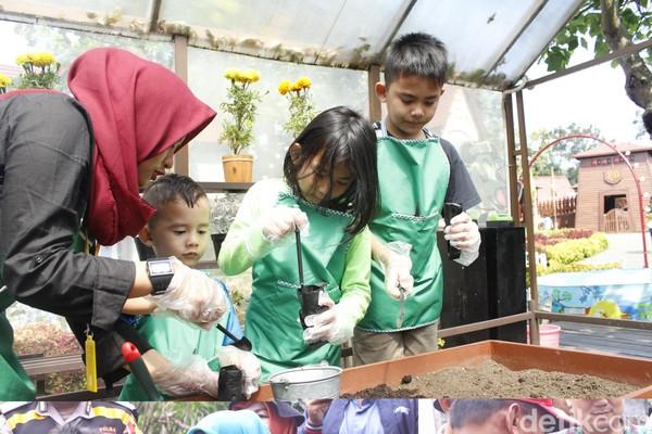 Ada juga anak-anak yang sedang belajar berkebun. Jangan khawatir, karena akan ada staff yang menemani. (Yudha Maulana/detikcom)