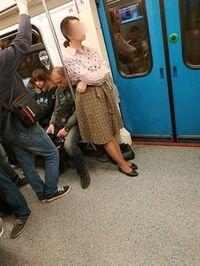 Nekat! Wanita Ini Lepaskan Rok Demi Dapat Tempat Duduk di Kereta