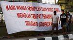 Warga Pasang Spanduk Tolak Penampungan Pencari Suaka di Jakbar