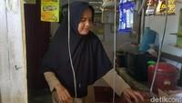 Guru honorer SD Negeri Karyabuana 3, Pandeglang, Nining Suryani (46), terpaksa memanfaatkan toilet sekolah sebagai tempat tinggal, Banten, Senin (15/7/2019).