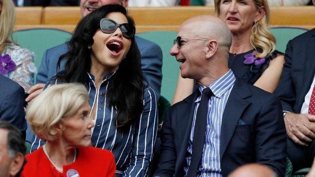 Bezos bersama kekasihnya,