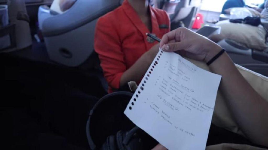 Viral Daftar Menu Pesawat Ditulis Tangan hingga Kulineran Charlize Theron