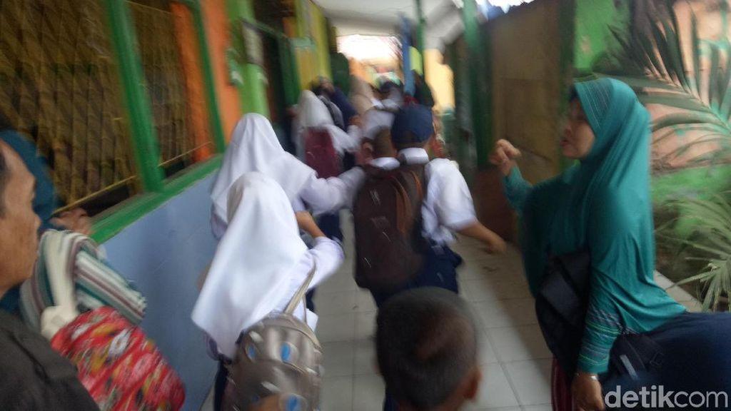 Hari Pertama Sekolah, Ratusan Siswa di Makassar Berebut Bangku