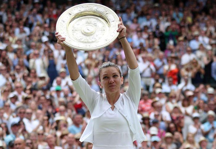 Petenis Rumania, Simona Halep, berhasil meraih trofi Wimbledon 2019. Hannah Mckay/Reuters.