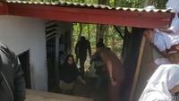 Meski memanfaatkan toilet sekolah sebagai bagian dari rumahnya, Nining mengaku tidak terganggu. Ia memanfaatkan toilet untuk dijadikan dapur dan kebutuhan kakus. Sementara, ia memanfaatkan lahan di samping toilet untuk tinggal sehari-hari.