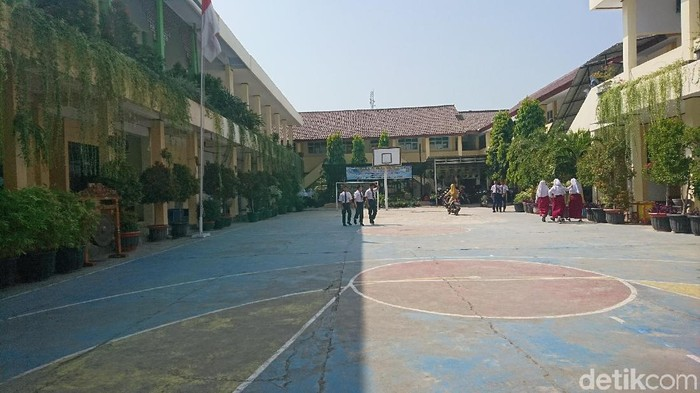 Hari pertama masuk sekolah di Cilegon, Banten.
